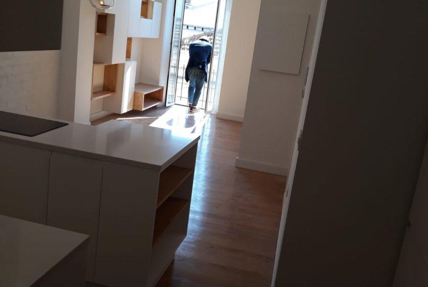 vista parcial cozinha e sala vista do corredor