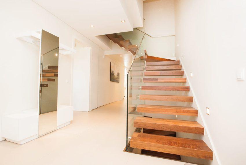 hall e escada de madeira interior