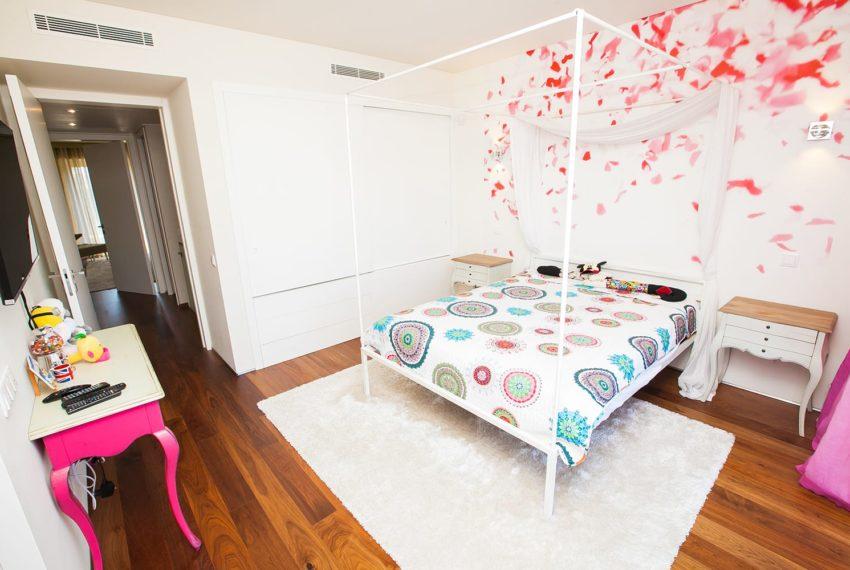quarto com parede decorada