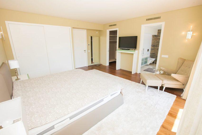 terceira vista parcial suite com varanda e closet extra