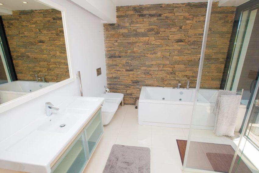 uma WC completa com hidro massagem