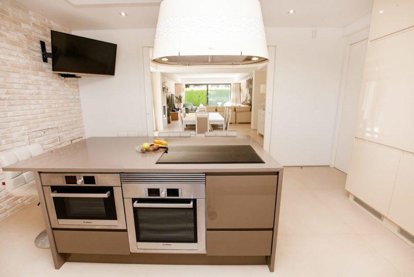 vista cozinha , zona de comer e sala até ao jardim