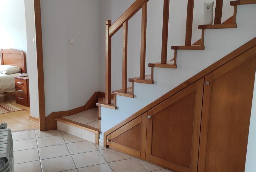 Corredor e arrumos na escada